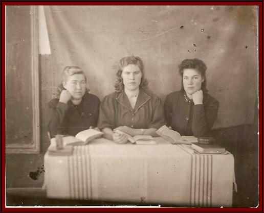 1948 год Учителя Сосновкой школы: Полякова Е.Г., Замедлина А.В., Никифорова З.В.
